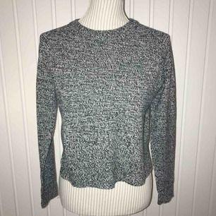 Svart och vit stickad tröja från H&M i fint skick! Frakt på 55 kr tillkommer 🌟