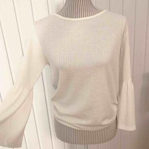 Vit mjuk tröja med utsvängda armar från Jacqueline de Yong! Fint skick 🌟 frakt på 36 kr tillkommer