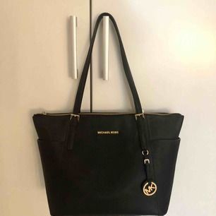 MICHAEL MICHAEL KORS Jet Set Large Top-Zip Saffiano Leather Tote Nypris: 2900 kr Nyskick! 💓