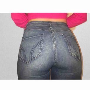 Stretchiga och bekväma jeans från hollister som sitter riktigt snyggt på, säljer pga att de inte passar mig längre. Sparsamt använda och inget fel på skicket! Köpta för ca 500kr, säljs för 300kr +50kr frakt tillkommer