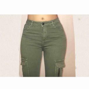 Balla cargo jeans som ENDAST är testade inomhus! Jeansen har snygga detaljer och de sitter jättefint på, säljs för 250kr +50 kr frakt. Betalning sker via swish om det önskas❤️