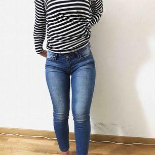 Ett par super snygga jeans som är i storlek XS/S (passar båda då dem e stretchiga. Det är från crocker & är i en perfekt jeans färg