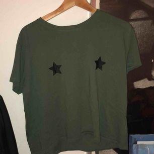 T-shirt från na-kd med stjärnor.