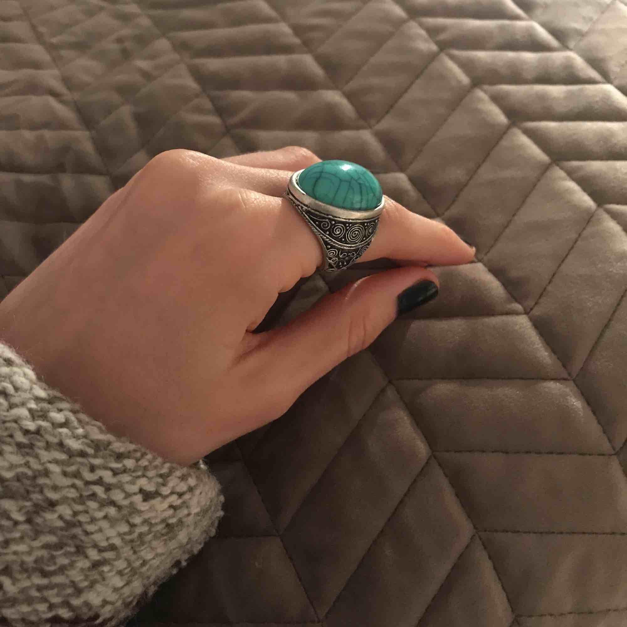 Ring från Glitter, aldrig använd. Lite oklart vilken storlek det är, men den är lite för stor för mig/mina fingrar (se bild). Frakt ingår inte. . Accessoarer.