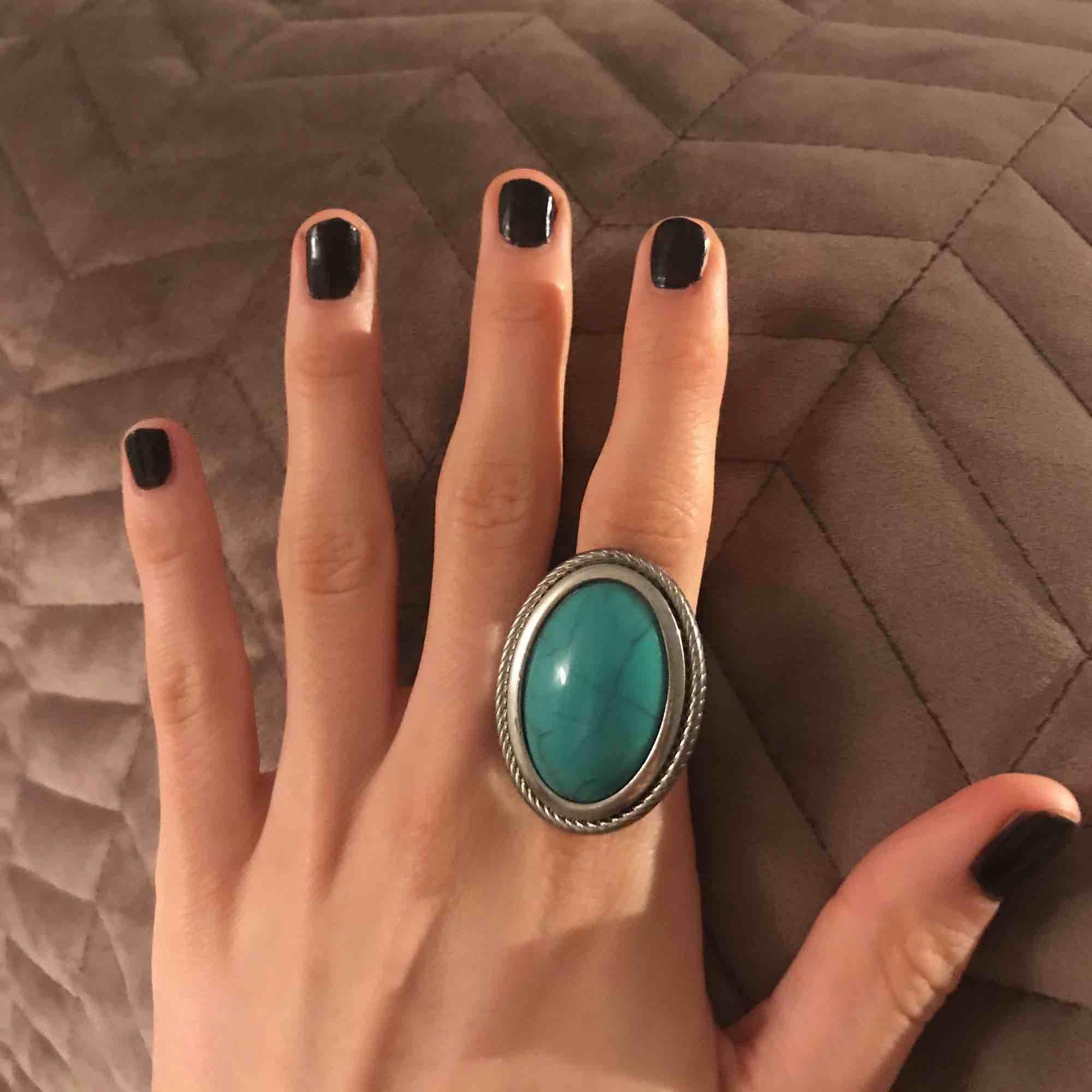 Ring från HM, använd max 1-2 gånger. Inte helt säker på storlek, men ringen är lite för stor för mig/mina fingrar (se bild). Frakt ingår inte. . Accessoarer.