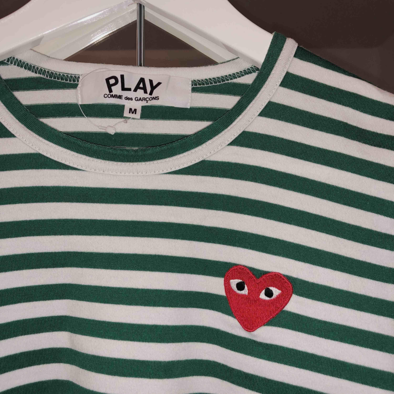 grön/vit CDG PLAY köpt förra vintern i comme des garcons officiella butik i Tokyo (alltså självklart äkta). I jättebra skick! Den är liten i storlek, så skulle säga att den är mer som en small. Frakt ingår I priset!. T-shirts.