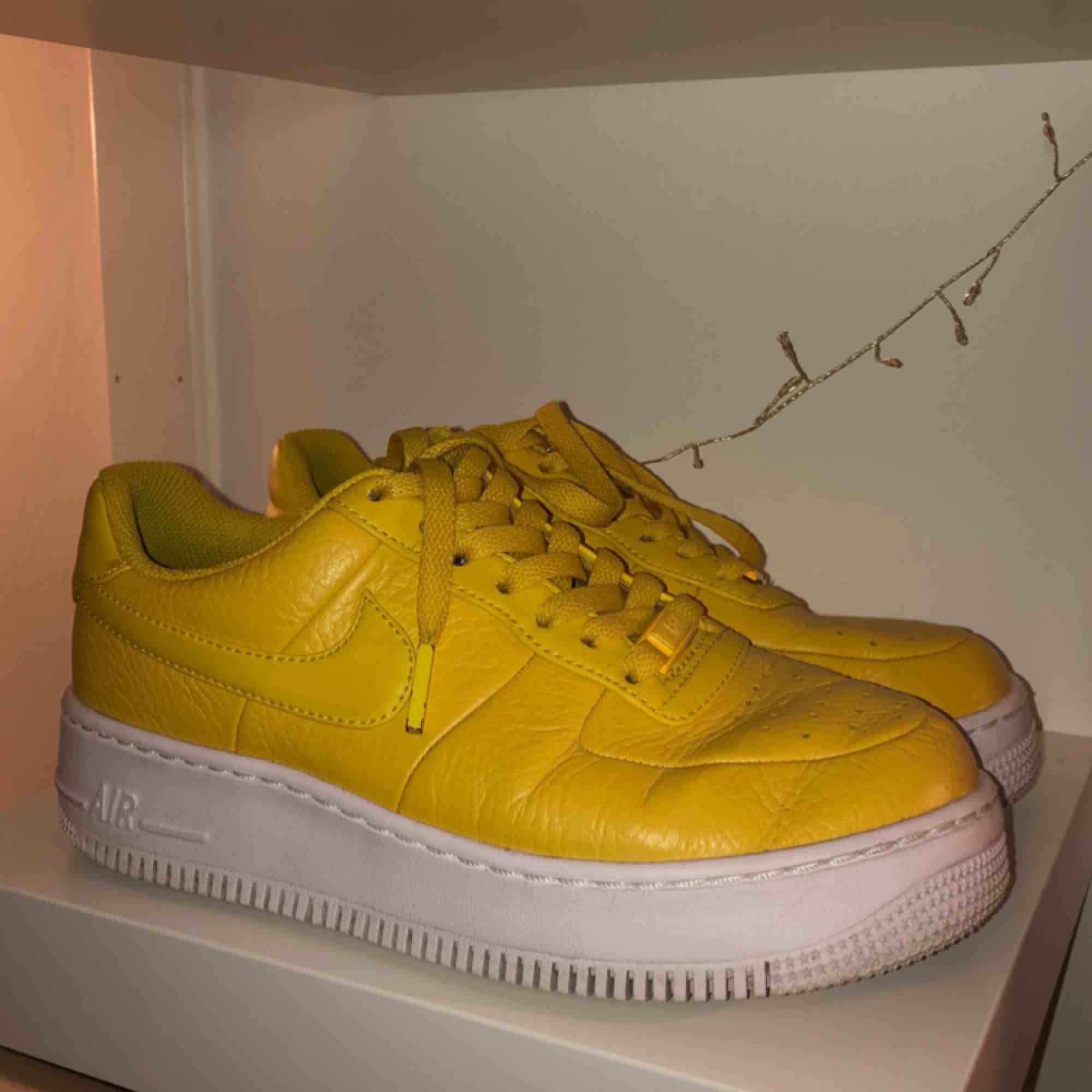 94844cd1066 ... Mina ääälskade, älskade gula Nike air force 1 som jag tyvärr inte får  användning av