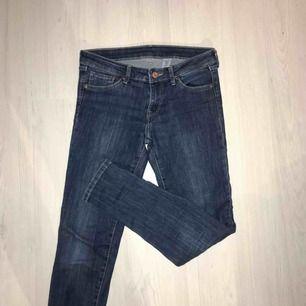 "Stretchiga jeans från H&M i modellen ""super skinny low waist. Fint skick 🌟 frakt på 55 kr tillkommer!"