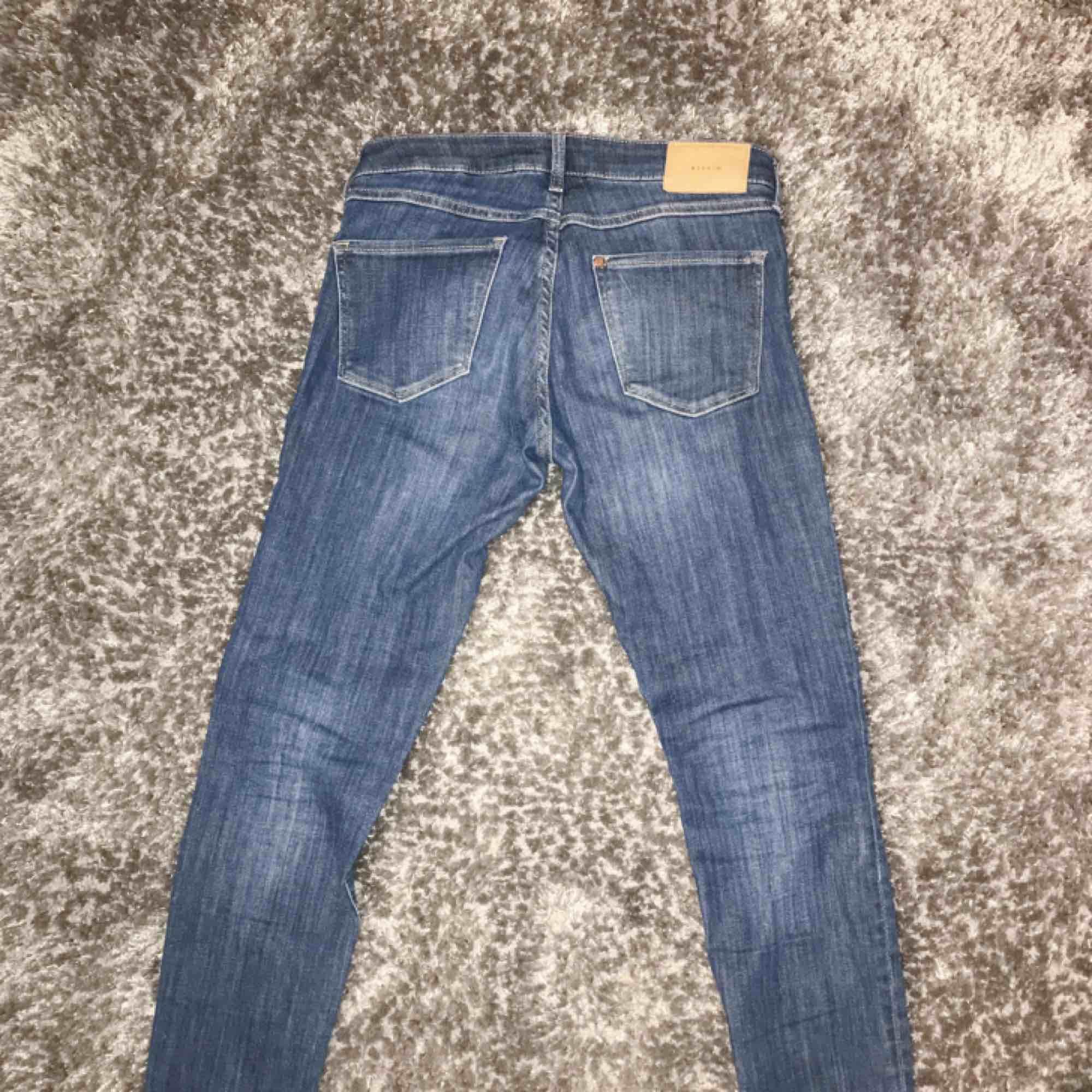 "Stretchiga jeans från H&M i modellen ""super skinny low waist. Fint skick 🌟 frakt på 55 kr tillkommer!. Jeans & Byxor."