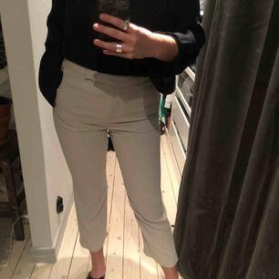 Kostymbyxor i stretchig ull/viscose med innerbyxa som gör att de ej är genomskinliga. Superfina, höga i midjan, knäppning framtill samt fickor. Mkt sparsamt använda. Jag är 1.70 :)