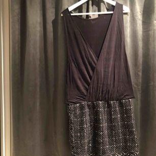 Klänning från H&M höstkollektion för ett par år sedan. Använd ca 3 ggr, behöver därför nytt hem. Paljetter och stenar nedtill, vringad rygg och kan ras bak och fram. Frakt ingår.