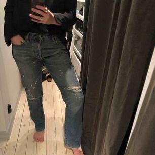 Boyfriend jeans från Ralph Lauren med slitningar framtill. Passar en 38-40 beroende på hur man vill ha passformen. Bra men använt skick. frakt ingår i priset.