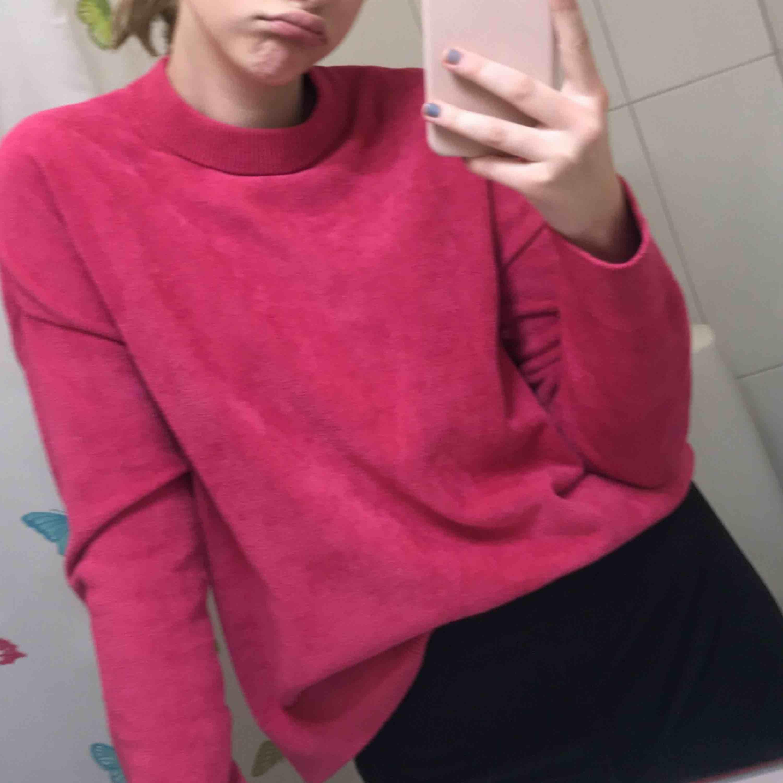 Stickad rosa tröja från &other stories! Frotté aktigt tyg som gör den super varm och skön. Storlek M men jag har s/XS i tröjor o den passar bra! Köparen står för frakt  . Stickat.