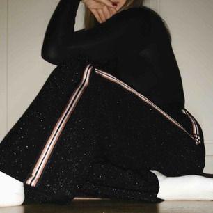Glittriga byxor med rosa och brun/röda stripes på sidorna från H&M. Nypris: 449kr, säljer för 250kr. Möts i Sthlm eller så står köparen för frakt!