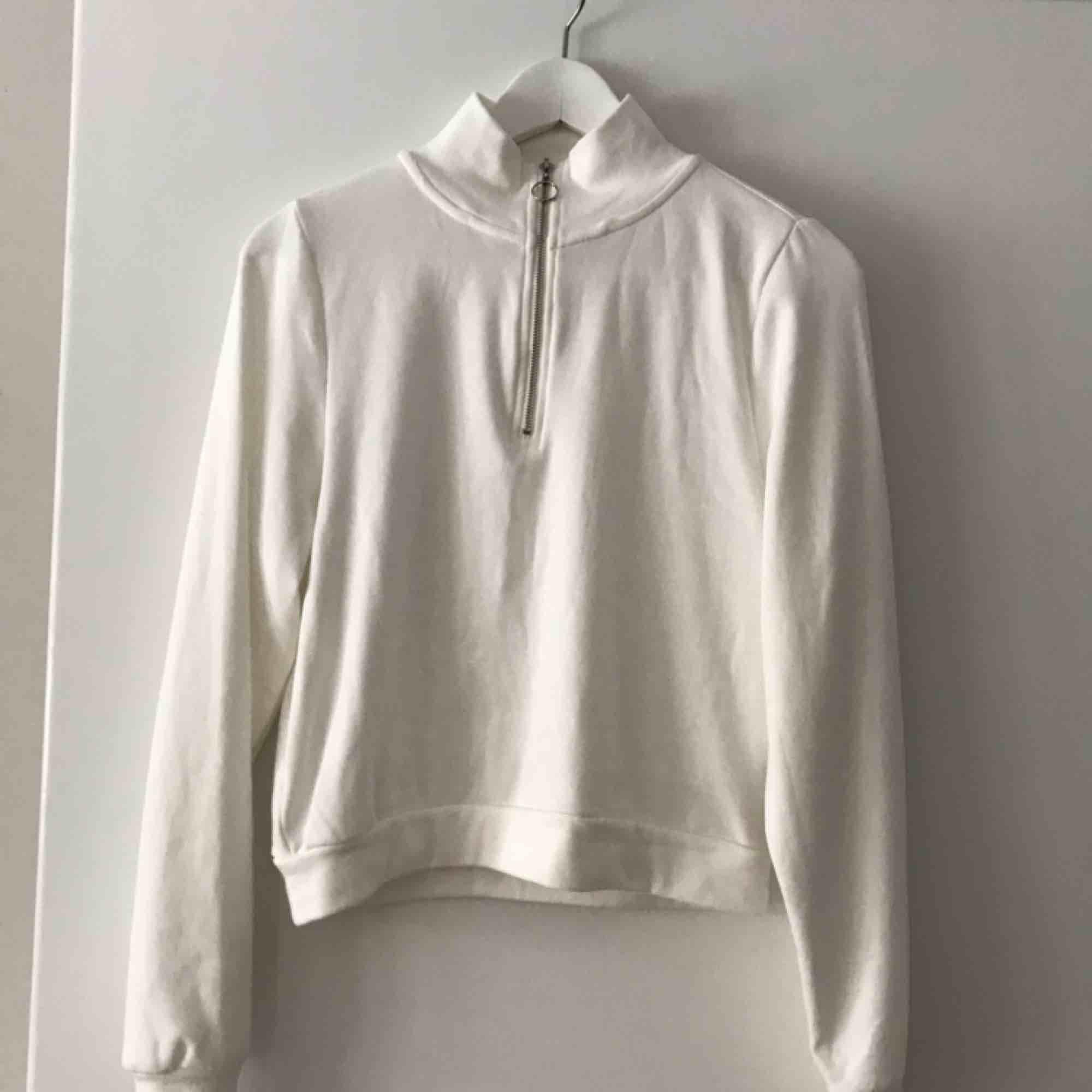 Quarter-zip tröja från bikbok. Jättemjukt och skönt material. Tröjan är i nyskick då den endast provats en gång. Frakt betalas av kund, pris kan diskuteras 💗. Huvtröjor & Träningströjor.