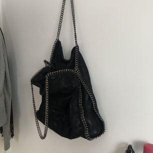 Stella Mccartney inspirerad väska. Bra kvalité och väldigt rymlig!