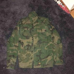 Carhartt camo skjorta köpt på highlights  Mycket bra kvalitet  Använda fåtal gånger Inga skador Nypris ca 800