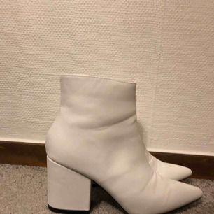 Säljer dessa vita skor pga att jag råkade tappa bort returlappen & fel storlek. Riktigt snygga! Köparen står för frakt men möts helst i Stockholm!