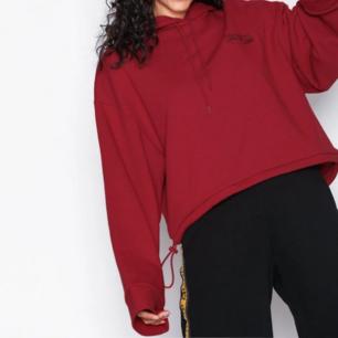 LÅNADE BILDER! Röd hoodie feån cheap monday. Aldrig använd, säljer pga passformen var fel. På bröstet står det