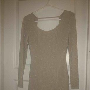 Jättefin skimrande nyårsklänning i champagnefärgad, figurnära snygg klänning! Köpt i USA.
