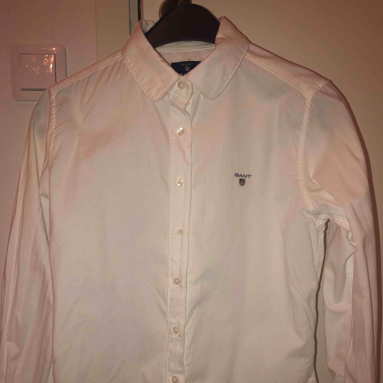 Skjorta från GANT. Storlek 158-164 cm. Använd ca 2 gånger, i bra skick! (inte struken på bilden). Övrigt.
