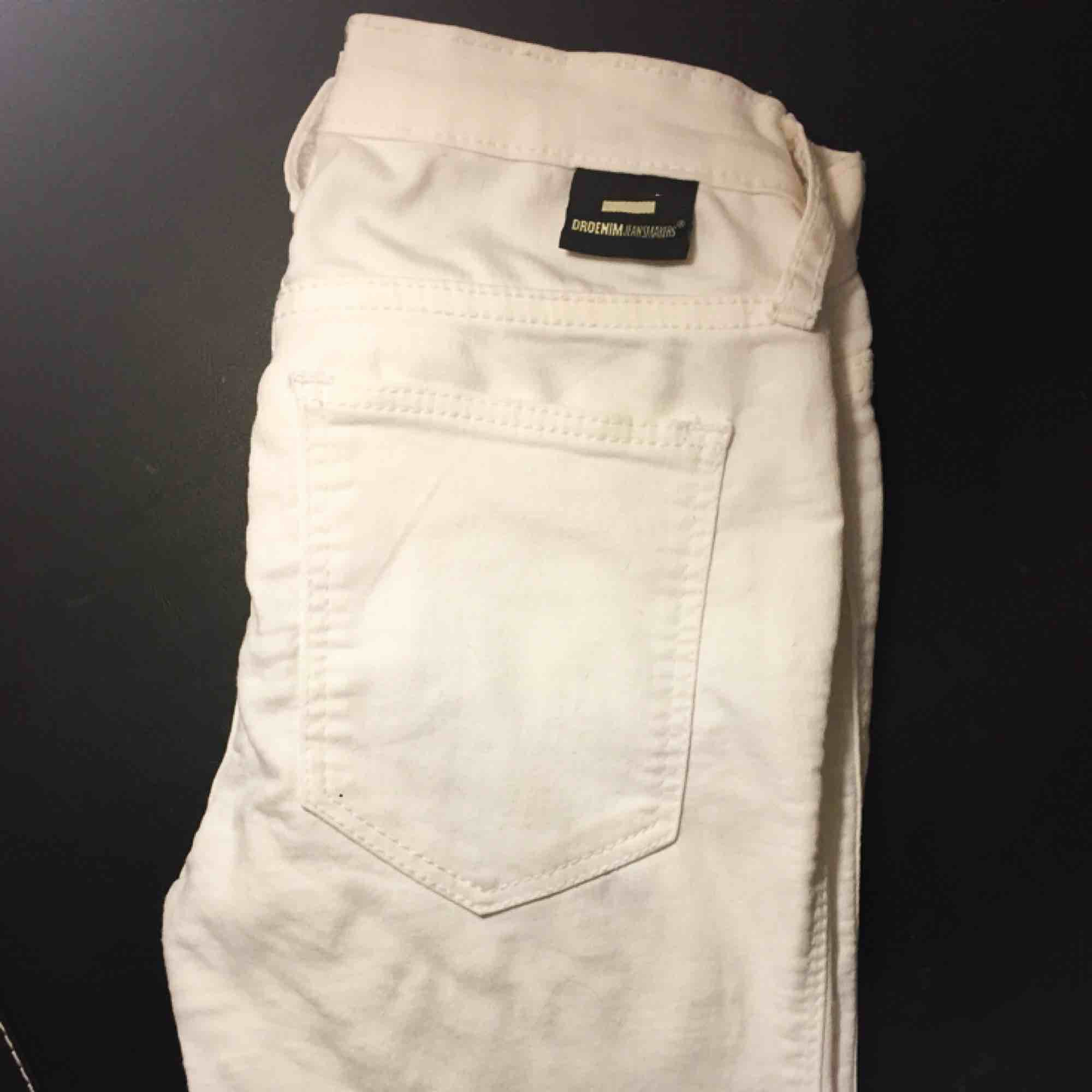 Vita stretchiga jeans från Dr.Denim i storlek XS. Snygga och inte så använda då de tyvärr är för små för mig✨. Jeans & Byxor.