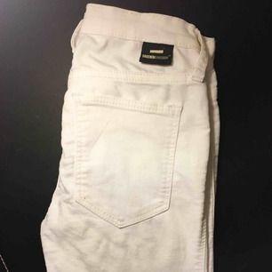 Vita stretchiga jeans från Dr.Denim i storlek XS. Snygga och inte så använda då de tyvärr är för små för mig✨