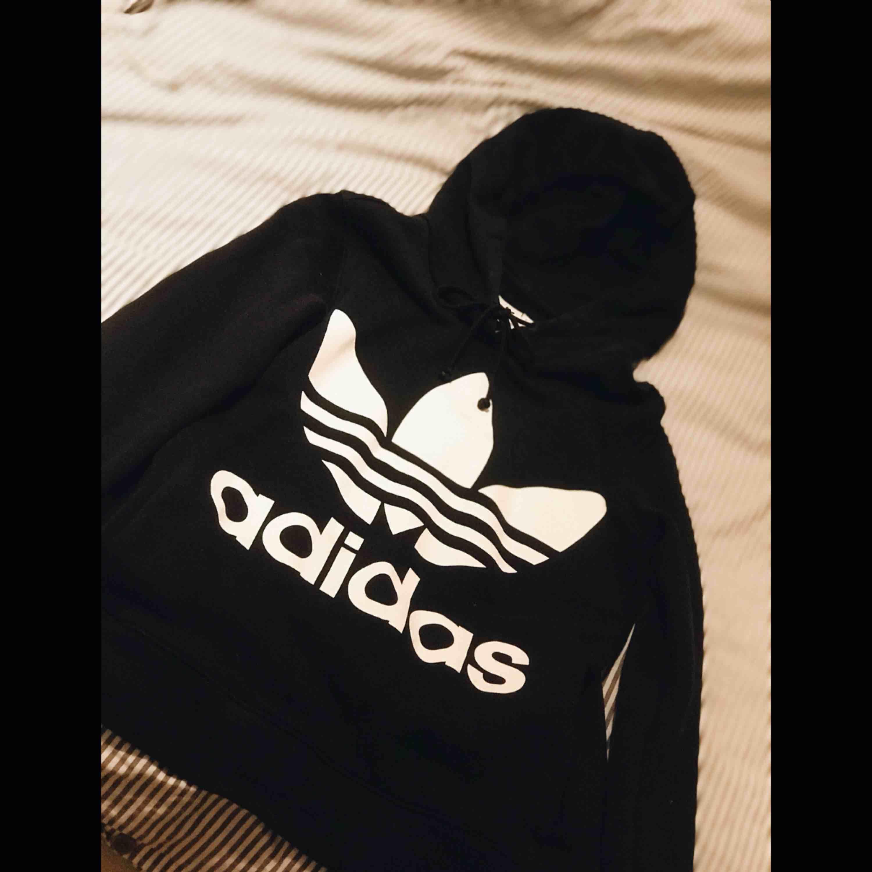 Adidas Hoddie i storlek S, aldrig använd och helt som ny. Huvtröjor & Träningströjor.