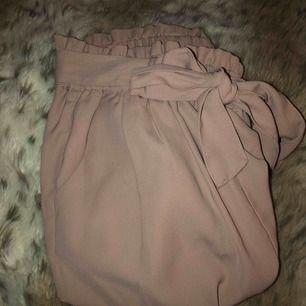 Ett par kostymbyxor från Bikbok i en ljus rosa färg. Dem är hela över allt och har använt dem typ 3 kvällar. Säljer dem på grund av att det inte riktigt är min stil längre. Frakten ligger på runt 50kr