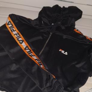Cropped hoodie från fila×junkyard som tyvärr inte har kommit till abdvänd inte så mycket som den borde ha gjort