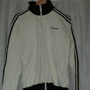 Adidas original zip up tröja tyvärr en fläck på den, lite vintage vibes över den
