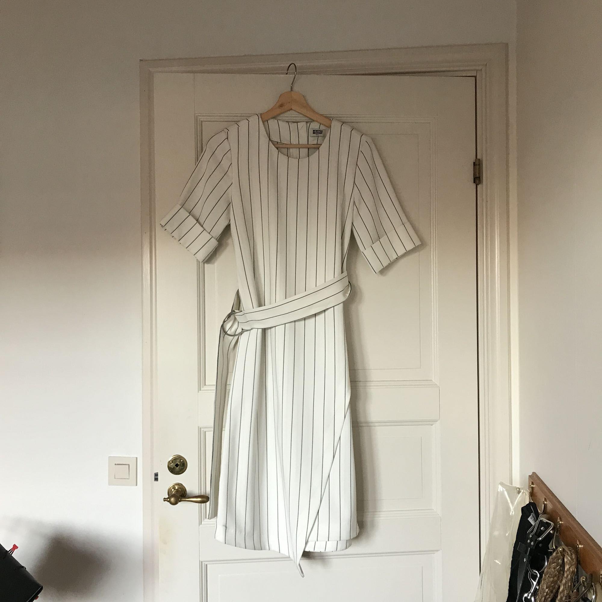 Randig klänning med omlott-kjol i tjockare tyg, sparsamt använd. Köparen står för frakten🙂. Klänningar.
