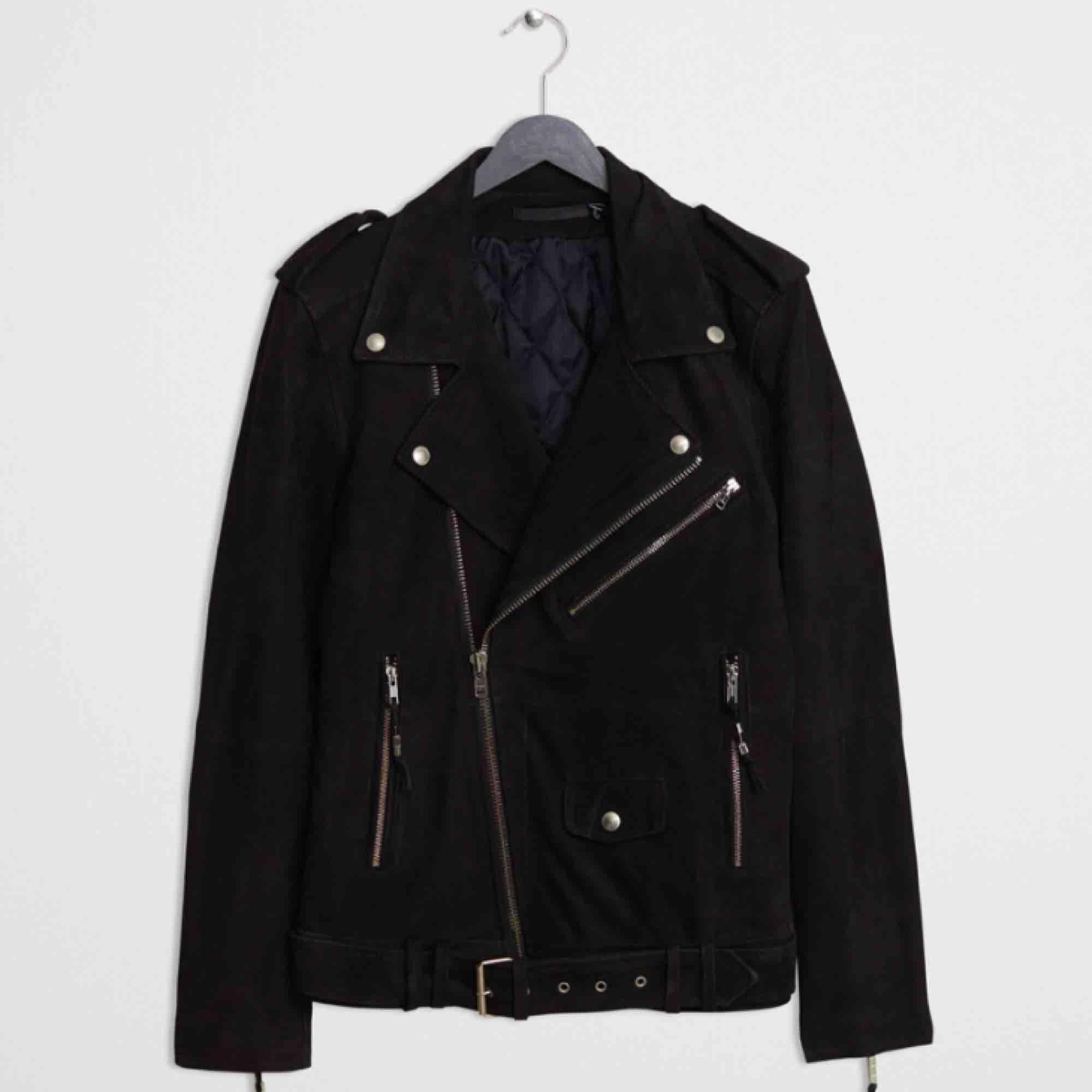 En sjuk snygg och skön mockajacka (läder) i en bikerjacka modell från black demin. Perfekt nu till våren som kan kombineras till det mesta för att få en tuff touch. Inköpspris 7200 kr.. Jackor.