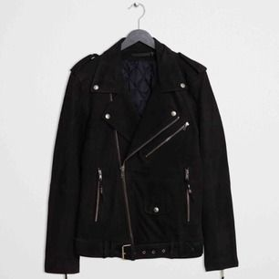 En sjuk snygg och skön mockajacka (läder) i en bikerjacka modell från black demin. Perfekt nu till våren som kan kombineras till det mesta för att få en tuff touch. Inköpspris 7200 kr.