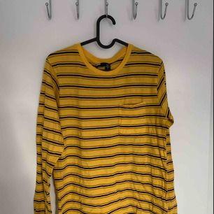 En riktigt snygg randig långärmad tröja från Urban Outfitters, storlek L men sitter som en M på mig personligen! 🐝💛 Frakt tillkommer.