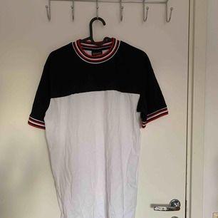 En ball randig tröja köpt på TK Maxx i London! Väldigt skönt material och plagget i sig är lätt att styla ❤️🖤 Frakt tillkommer.
