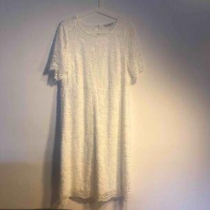 Jättefin vit spetsklänning. Helt ny och oanvänd! Köptes för att användas till student men blev lite för stor. Möts i Sthlm, annars står köparen för frakt!