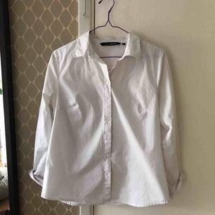 En helt vanlig vit skjorta från kappahl, köpte den en gång till en tillställning men har ledig använt sen igen efteråt eftersom skjortor inte är min grej. Den är i fint skick!