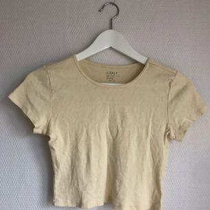 Banangul crop tshirt från Brandy Melville (märke J. galt) så fin 🍌