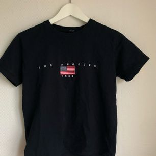 I PERFEKT skick, Brandy Melville mörkblå T-shirt 💙 älskar denna men använder den inte längre.