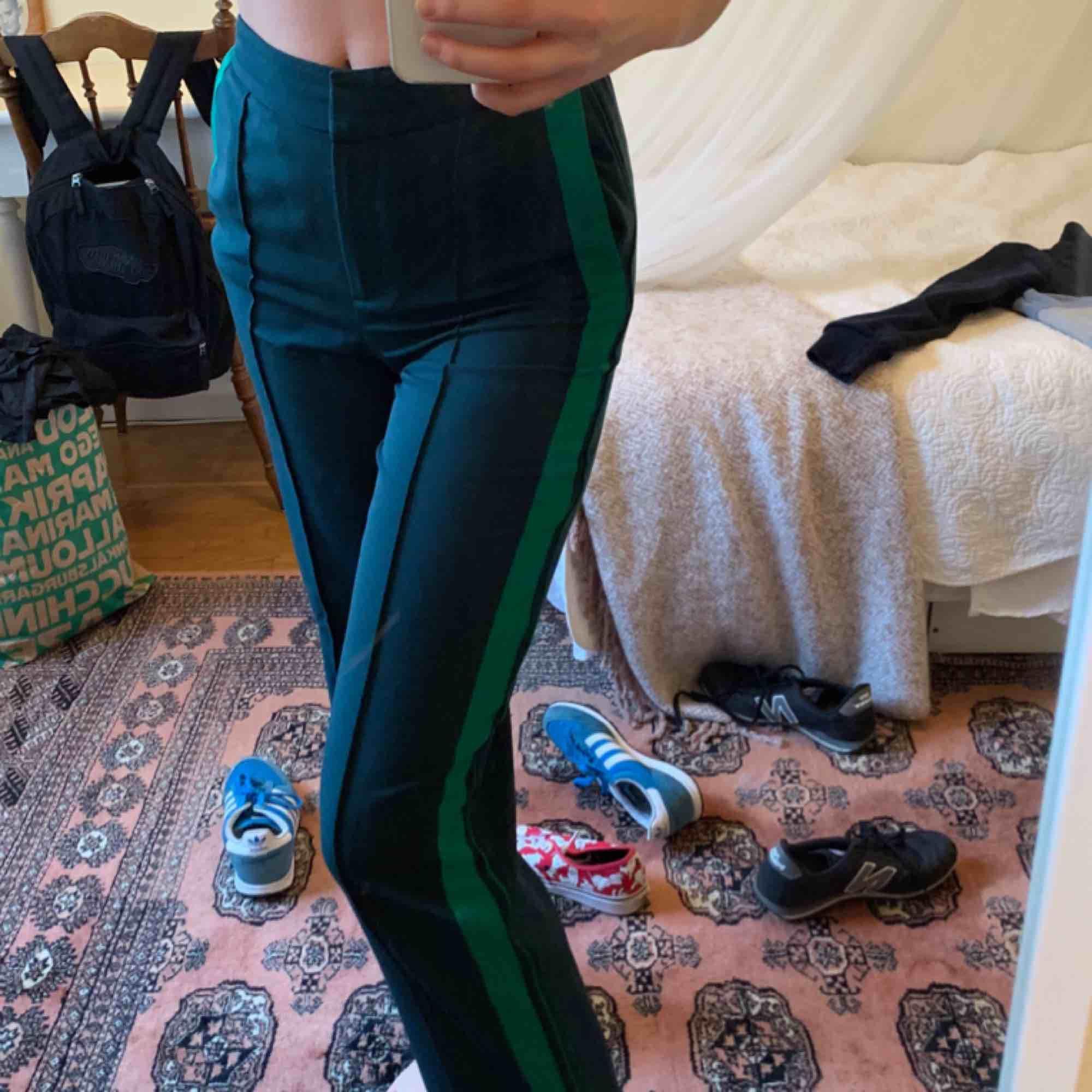 Ett par skitsnygga byxor i grön färg från Monki. Har en dragkedjan längst nere på benet samt fickar. Säljer då de inte kommer till användning längre💕💕💕💕. Jeans & Byxor.
