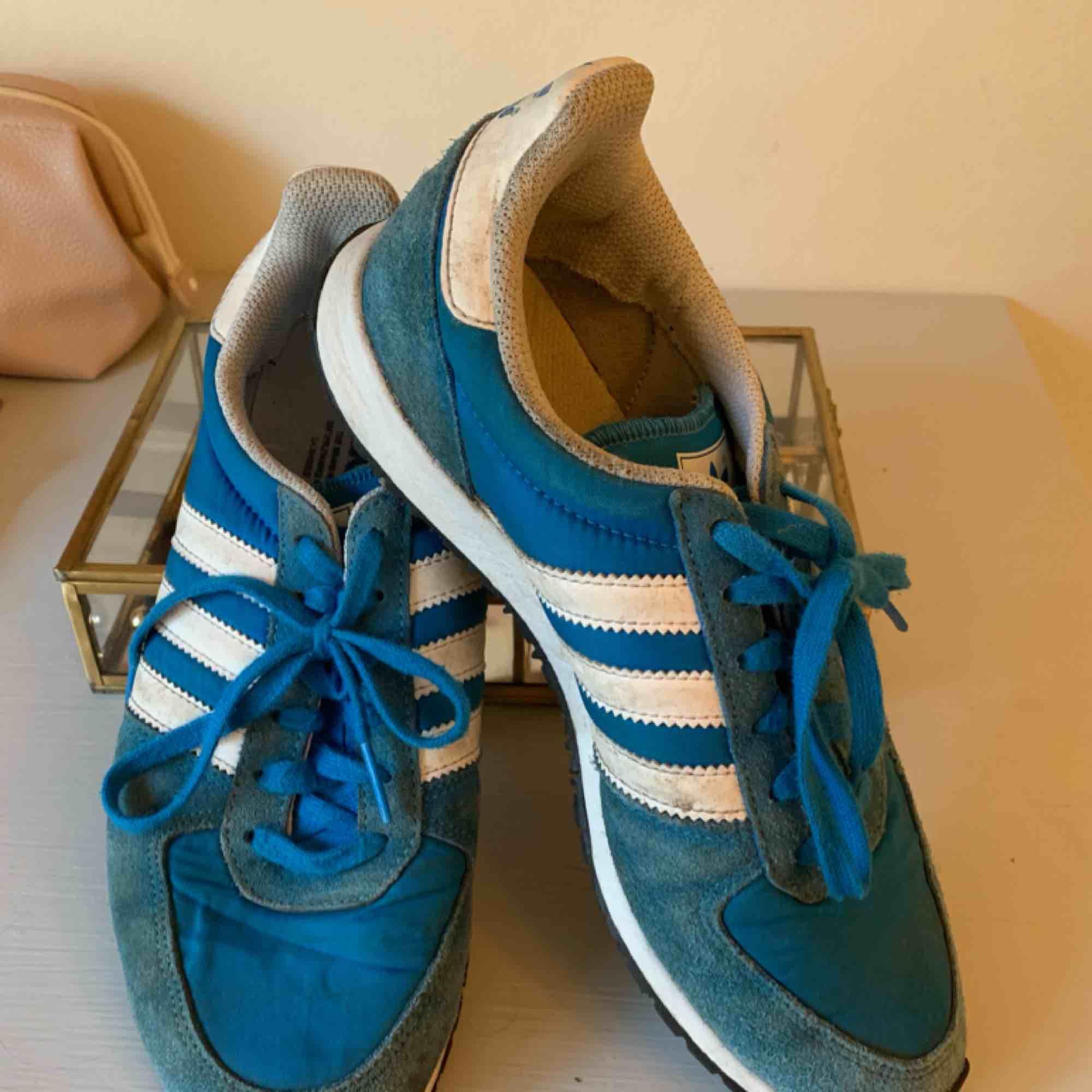 Ett par skitsnygga blåa adidas! Står att det är en storlek 39 1/3 men passar mig som är en 38!!. Skor.