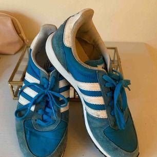 Ett par skitsnygga blåa adidas! Står att det är en storlek 39 1/3 men passar mig som är en 38!!