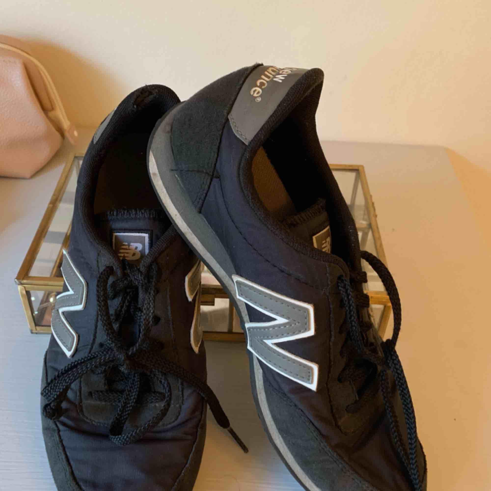 Ett par snygga och bekväma skor från New Balance. Säljer då jag inte använder dom längre! . Skor.