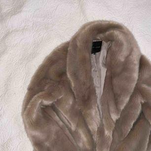 En skitsnygg pälsjacka från New Look. Knappt använd. Har en fin ljusgrå färg men aningen rosa i sig, kan skicka fler bilder som visar mer exakt!! Priset kan diskuteras