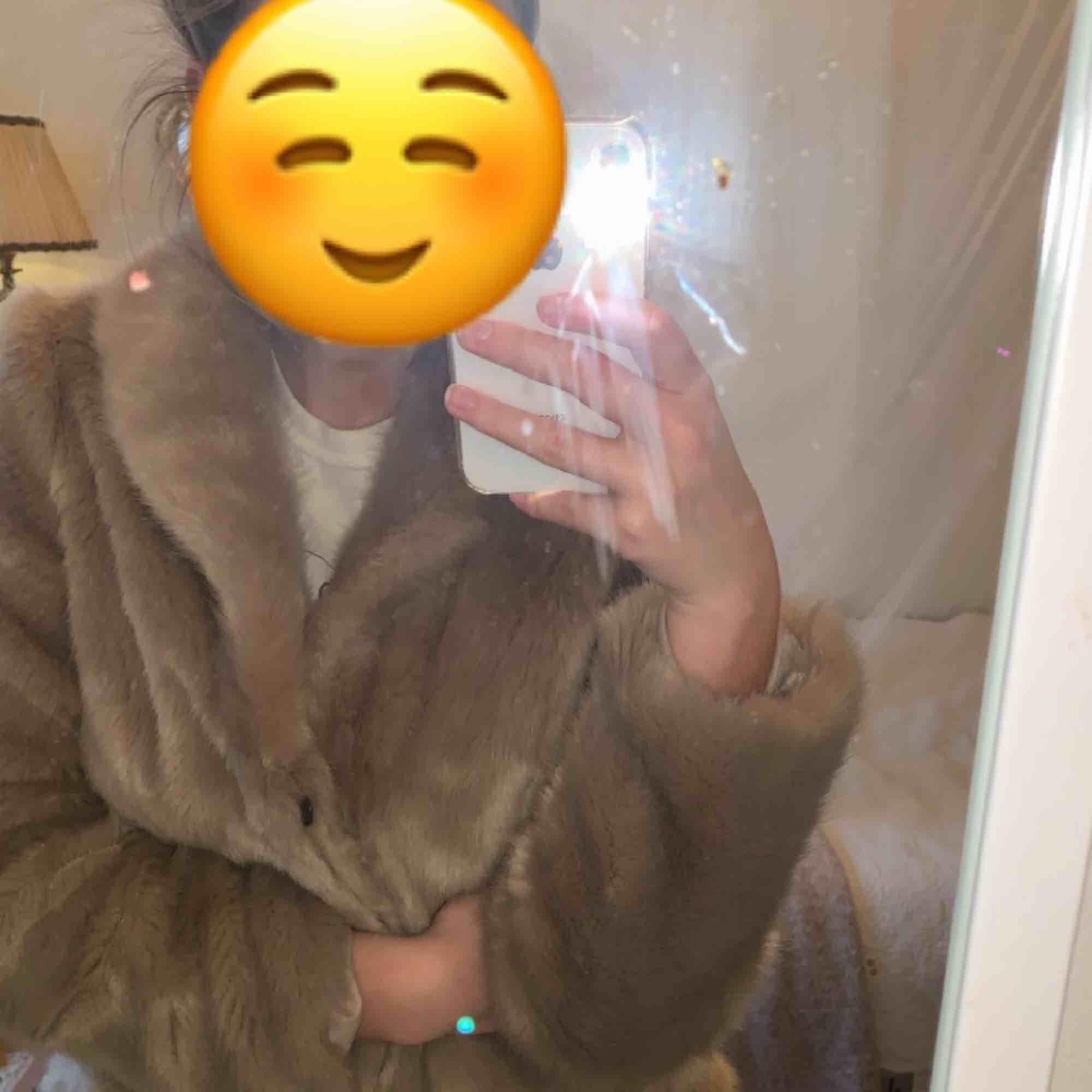 En skitsnygg pälsjacka från New Look. Knappt använd. Har en fin ljusgrå färg men aningen rosa i sig, kan skicka fler bilder som visar mer exakt!! Priset kan diskuteras. Jackor.