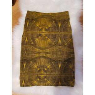 Gul-svart mönstrad kjol från Monki i storlek XS. Den är väldigt elastisk och har en dragkedja på baksidan. Kan passa ävem för storlek M