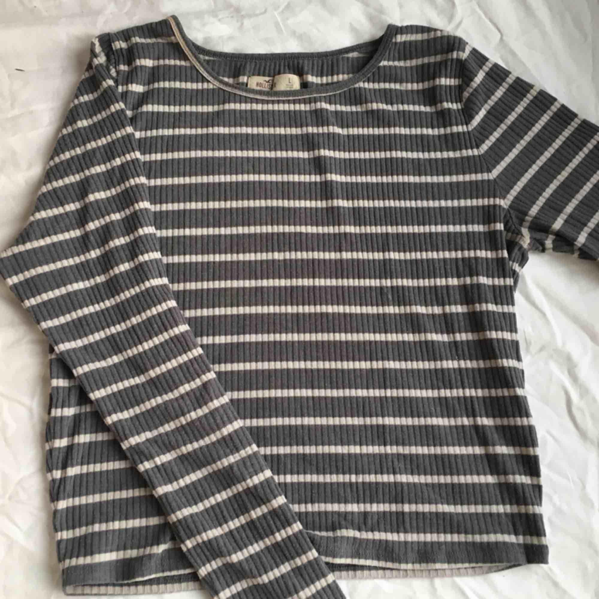 Ribbad randig tröja från hollister Står att det är storlek L men passar mer som medium. Toppar.