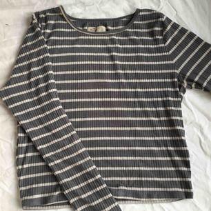 Ribbad randig tröja från hollister Står att det är storlek L men passar mer som medium