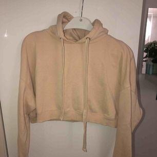 Beige kort hoodie från Bikbok! Köparen betalar frakt🌟